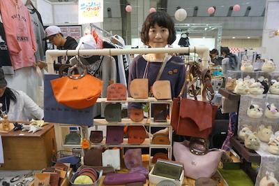 kotochi-no ねこのマークがポイントに入った革製品をお作りしています。 お財布や小物入れ、バッグなどの他にも、革のアクセサリーもございます。 kotochi-noは、手縫いでひと針ひと針丁寧にお仕立てした革製品のブランドです。 自分の足で革を探して、自分の好きなものや欲しいものを作っています。デザインから制作までの全てを一人でおこなっております。 さまざまな革を使い、時には革を好きな色に染めたり、糸を好きな色に染めたり。 さまざまな革の質感や手触りを、ぜひ手にとって感じてください。