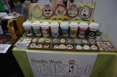 Needle Work TAKIBI オリジナルの図案で、手刺繍による猫の雑貨をお制作しております。 「プチにゃんだらけ」での見どころは、新しくスリーブと立体ヒゲのミラーが登場します。 また、インターペット限定でトイプードルの雑貨もいくつか制作致しました。 一つ一つお顔が違いますので、お気に入りの子をぜひ探しに来て下さい!