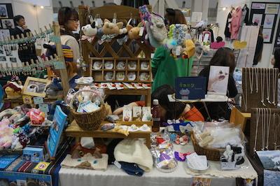 フワコロ*クラフト 羊毛や粘土などの素材を使い、猫好きさんが気軽に使える&身につけられる雑貨を作っております また、猫ちゃんに着せたくなるコスプレアイテムも充実しております!