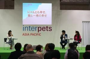 3日(日)には、にゃんだらけ実行委員会代表の大島暁美が特設ステージに登壇して、「にゃんとも幸せ♡猫と一緒の幸せ」と題したトークショーを行いました。
