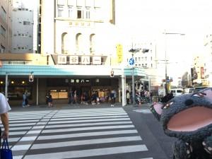 大きな交差点(吾妻橋)を、渡ります。正面に、有名な「神谷バー」の看板が見えます