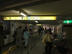 改札口を出て、階段を上がって7番出口をめざします
