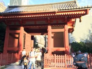 台東館を出て、二天門の横断歩道を渡ると、そこからすぐに浅草寺の二天門が見えます。