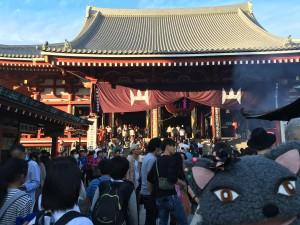 二天門を抜けると、すぐそこは浅草寺の本堂です。せっかくだから、お参りして帰りましょう♡