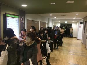 開場前、廊下にはたくさんのお客様の列ができています。