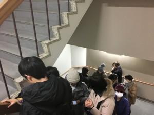 お客様の列は階段を下り、一階のフロアを横切り、建物反対側の階段を上るところまで続いていました。