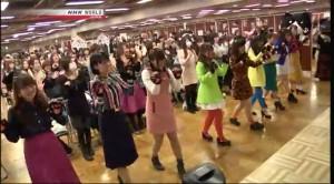 会場の中や外の様子を紹介していただいた後、「にゃんだらけのテーマ」をみんなで踊るシーンも放映。