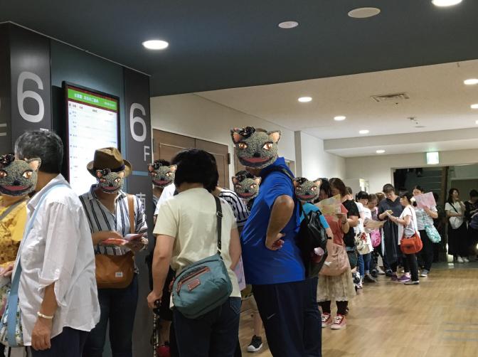 開場時間前にも関わらず、たくさんの前売券入場者様が入口に列を作って、待っていらっしゃいます。