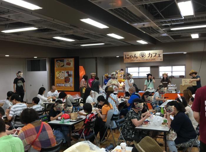 にゃんカフェも、終日お客様でいっぱい。カフェをサポートしてくれたKICK BACK CAFEも、軽食、スイーツ共に完売でした!