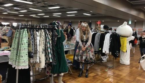 ファッションショーが行われたステージの横には、参加した方のお店が並び、モデルさんが着た服をすぐに購入できました。