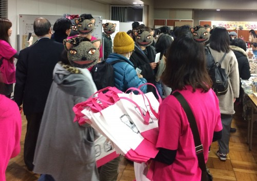 各日先着500名様にプレゼントした「16歳11ヶ月まで入れる保険PETS BEST × にゃんだらけ」のオリジナルトートバッグ。両日とも約1時間で、配布は終了。