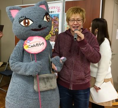 MCの新井大樹さんと、会場を回るびじゅたん