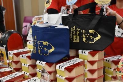 ニャンコ保冷バッグ付唐揚げ弁当も、2日間とも完売御礼。(写真:R. Kawamura)