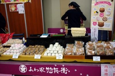 毎回大人気のあわ家騒兵衛の猫和菓子。開店時は、こんなにたくさん並んでいたのですが……。(写真:本岡理香)