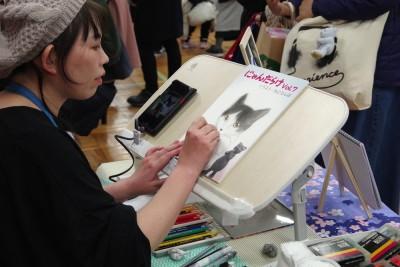 にゃんだらけオリジナル用紙に似顔絵をスラスラ。(写真:harunatsuko)